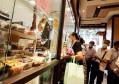 """图说│中秋佳节老字号食品店生意红火,鲜肉月饼仍是上海人的""""心头好"""""""