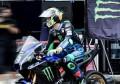 王一博摩托车赛被撞摔车极惊险,对手与他人击掌,竞争方全体欢呼