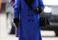 95岁英女王还是丢掉拐杖了!穿皮草蓝大衣亮相真美,还是不服老啊